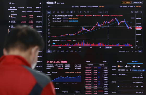 A graph tracing prices of bitcoin is displayed at a digital screen operated by Bithumb in Gangnam Distrcit, southern Seoul, on Tuesday. Bitcoin prices rose by 1.89 percent at Bithumb Tuesday morning to 44.12 million won ($39,900) compared to 24 hours ago, according to the exchange. [YONHAP]