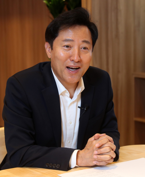 Seoul Mayor Oh Se-hoon speaks with the JoongAng Ilbo at his office in the City Hall on Thursday. [KANG JUNG-HYUN]