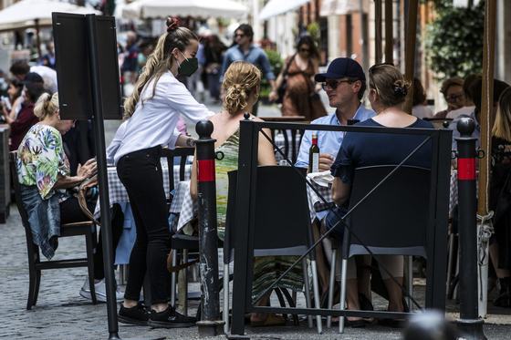 People have lunch at a restaurant in the center in Rome on May 30. [EPA/ANGELO CARCONI/YONHAP]