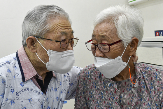 Mr. Lee and Ms. Kim, a married couple, meet for the first time since the outbreak of Covid-19 at a long-term care hospital in Ansan, Gyeonggi, where Lee is hospitalized, on Tuesday. From June, face-to-face visits in nursing homes will be allowed if either the visitor or the patient is fully vaccinated. Kim completed her Pfizer vaccination on April 30. [JOINT PRESS CORPS]