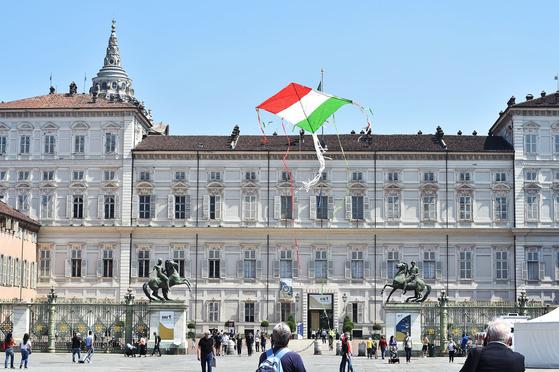 A tricolor kite is seen in Castello Square on Italy's Republic Day (Festa della Repubblica) in Turin, Italy, on June 2, 2020. The anniversary marks the founding of the Italian Republic in 1946. [EPA/ALESSANDRO DI MARCO/YONHAP]