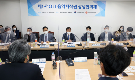 Oh Young-woo, center, Vice Minister of Culture, Sports and Tourism, speaks at the OTT Music Copyright Consultative Committee on May 27, where insiders from music copyright organizations and local OTT (over-the-top) online video services sat down to talk about the ongoing music copyright fee issue. [MINISTRY OF CULTURE, SPORTS AND TOURISM]
