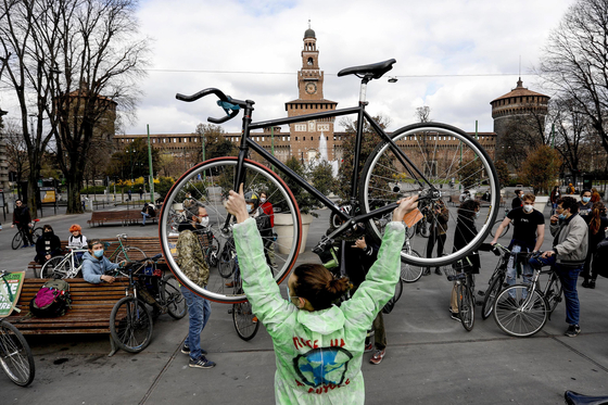 """Climate activists and supporters of environmental organizations take part in the """"Bike for Future"""" event as part of the Fridays for Future rally in Milan, Italy, on March 19. [EPA/MOURAD BALTI TOUATI/YONHAP]"""