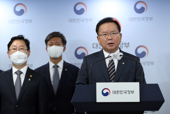 Prime Minister Kim Boo-kyum speaks at a press conference Wednesday in Seoul announcing the results of the interagency investigative team's mid-probe results. [LIM HYUN-DONG]