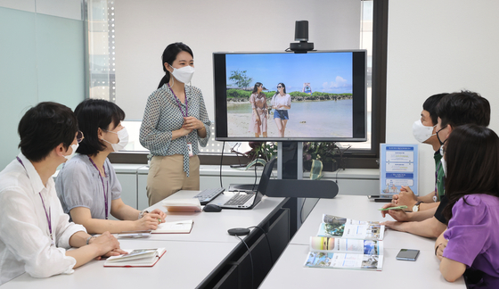Staff of Hana Tour participate in a meeting about tour packages to Guam and Saipan at the company headquarters in Jung District, central Seoul, on Wednesday. Local airlines are preparing to resume travel to Guam and Saipan this summer. [YONHAP]