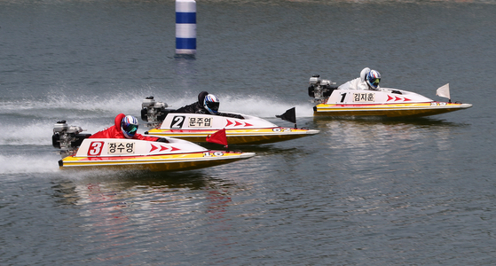 Racing boats glide across the water in Misa Boat Racing Marina in Hanam, Gyeonggi, on Wednesday as the racing competition resumed, partially. The boat racing has been suspended for several months due to fear of Covid-19 infections and because of cold weather. [NEWS1]