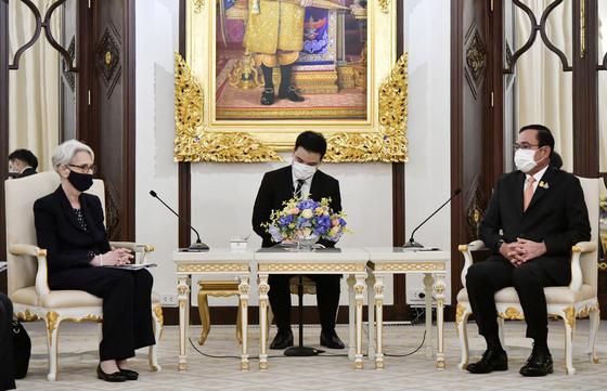 U.S. Deputy Secretary of State Wendy R. Sherman, left, meets Thailand's Prime Minister Prayuth Chan-ocha, right, in Bangkok on Wednesday. [AP/YONHAP]