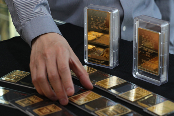 Gold bars are displayed at the Korea Gold Exchange in Jongno District, central Seoul, on Thursday. Gold traded at 68,190 won ($61.2) per gram (0.04 ounce) on Thursday, up 9.5 percent compared to March 5, when the price hit 62,300 won. [NEWS1]