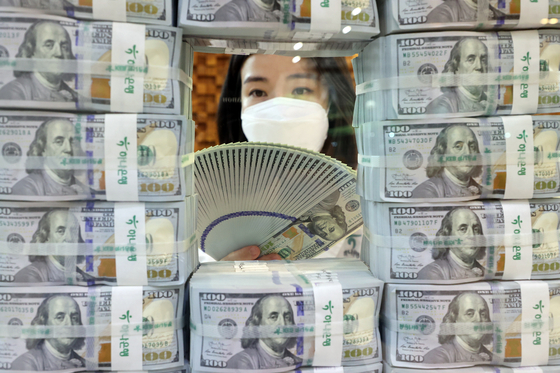 A staffer organizes U.S. dollars at Hana Bank in Jung District, central Seoul, on Thursday. According to data from the Bank of Korea, foreign exchange reserves came to $456.46 billion as of the end of May, up $4.15 billion from a month earlier. [YONHAP]