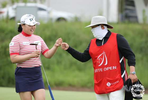 Kim Cho-hui celebrates at the Lotte Open held at the Bears Best Cheongna Golf Club in Incheon. [KLPGA]