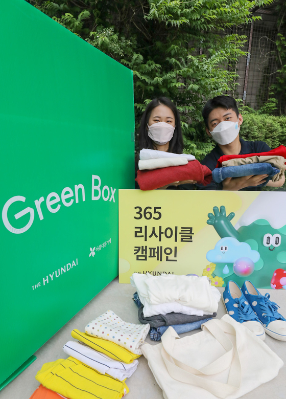 Models pose to promote Hyundai Department Store's 365 Recycling Campaign at the department store's Coex branch in southern Seoul on Thursday. To celebrate World Environment Day on June 5, the company will give 5,000 H.Points to customers who donate five or more reusable pieces of clothing, shoes or bags. The event runs from Friday to June 6. [YONHAP]