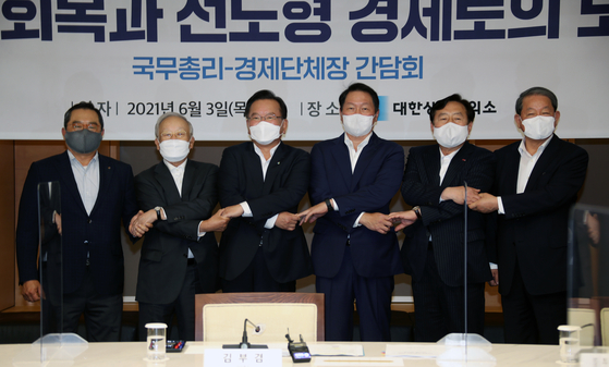 Prime Minister Kim Boo-kyum, third from left, poses with the heads of major business associations on Thursday at the office of Korea Chamber of Commerce and Industry. [YONHAP]