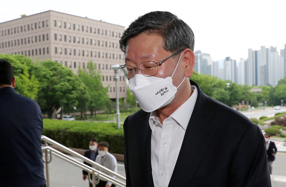 Vice Minister of Justice Lee Yong-gu on Tuesday enters the Ministry of Justice building.  [NEWS1]
