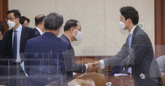 Finance Minister Hong Nam-ki meets with head of reserach institutes and investment bankers at the government complex in Seoul on Friday. At the opening remark, Hong said the government will consider a second supplementary budget for this year, a demand pushed by the Democratic Party. [YONHAP]