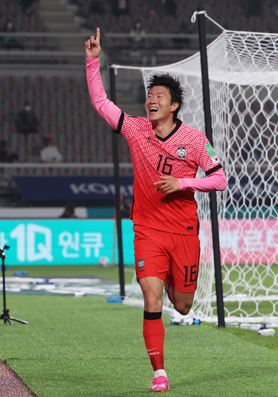 Hwang Ui-jo celebrates after scoring his second goal against Turkmenistan in a World Cup qualifier at Goyang Stadium in Goyang, Gyeonggi on Saturday. [NEWS1]
