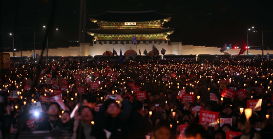 Demonstrators with candles call for then-president Park Geun-hye to step down in November 2016. [JOONGANG ILBO]