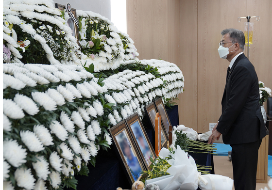 President Moon Jae-in pays tribute to the female Air Force officer who reportedly took her own life following a sexual harassment claim against a fellow service member, at the mourning altar for the officer in Seongnam, Gyeonggi, on Sunday.[YONHAP]
