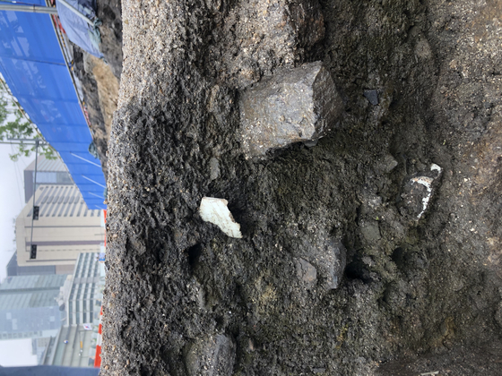 Pieces of ceramic from different Joseon periods are found in the soil of the construction site. [YIM SEUNG-HYE]