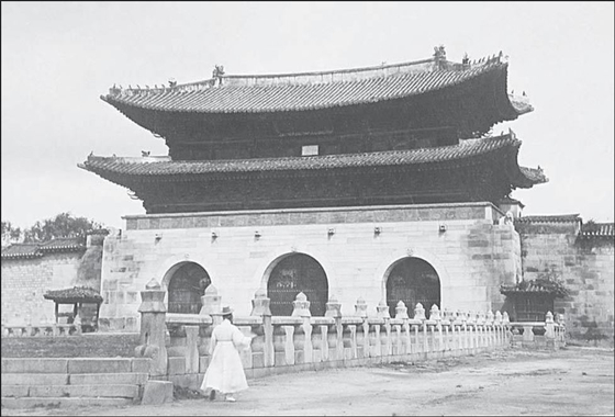 This black-and-white photograph shows a detailed look of the 'woldae,' or elevated platform, in front of Gwanghwamun Gate. It is unknown when the picture was taken. [CULTURAL HERITAGE ADMINISTRATION]