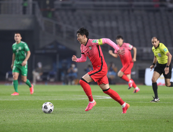 Son Heung-min runs with the ball during a match against Turkmenistan at Goyang Stadium in Goyang, Gyeonggi. [NEWS1]