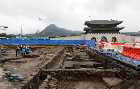 People participating in the public tour look at the traces of Yukjogeori of the Joseon Dynasty (1392-1910) that have been excavated during the Gwanghwamun Square reconstruction project on May 21. [NEWSIS]