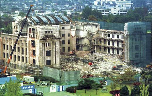 The building of the Japanese Government-General of Korea is demolished in 1995. [SEOUL METROPOLITAN GOVERNMENT]