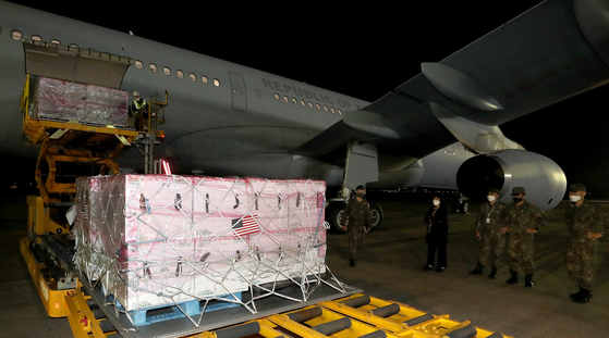 Johnson & Johnson's Janssen Covid-19 vaccines sent by the United States are unloaded from a military plane at Seoul Air Base in Seongnam, south of Seoul, on Saturday. The doses will be given to some 892,000 military reservists, civil defense corps members and people involved in defense and foreign affairs aged 30 to 60 from June 10 to 20. [YONHAP]