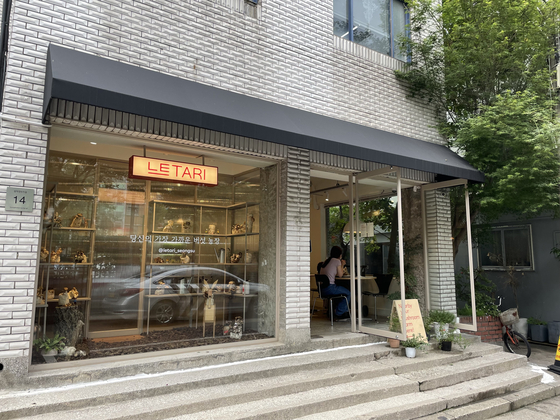 Mushroom shop and cafe Le Tari in Seongdong District's Seongsu displays different types of neutari mushroom, or oyster mushroom, in its window. [LEE SUN-MIN]