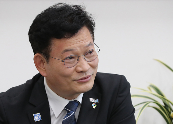 Chairman Song Young-gil of the Democratic Party talks about the possibility of Samsung's Lee Jae-yong's parole during an interview with Yonhap News Agency on Sunday.  [YONHAP]