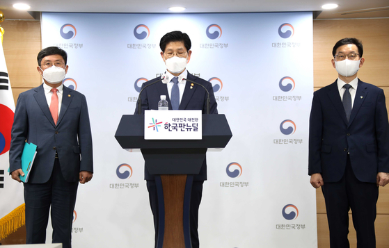 Noh Hyeong-ouk, land minister, announces the restructuring plan for Land and Housing Corp. (LH), including cutting 20 percent of its employees, at the government complex in Seoul on Monday. [YONHAP]