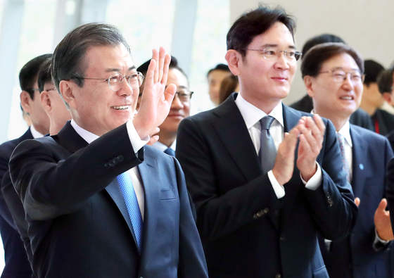 In this file photo, President Moon Jae-in, left, and Samsung Electronics Vice Chairman Lee Jae-yong attend an investment annoucement ceremony at a Samsung Display factory in Asan, South Chungcheong, on Oct. 10, 2019.  [Blue House Press Corps]