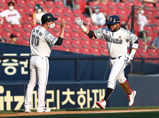 Jose Fernandez of the Doosan Bears rounds the bases after hitting a home run agains the SSG Landers at Jamsil Baseball Stadium in southern Seoul on Sunday. [YONHAP]