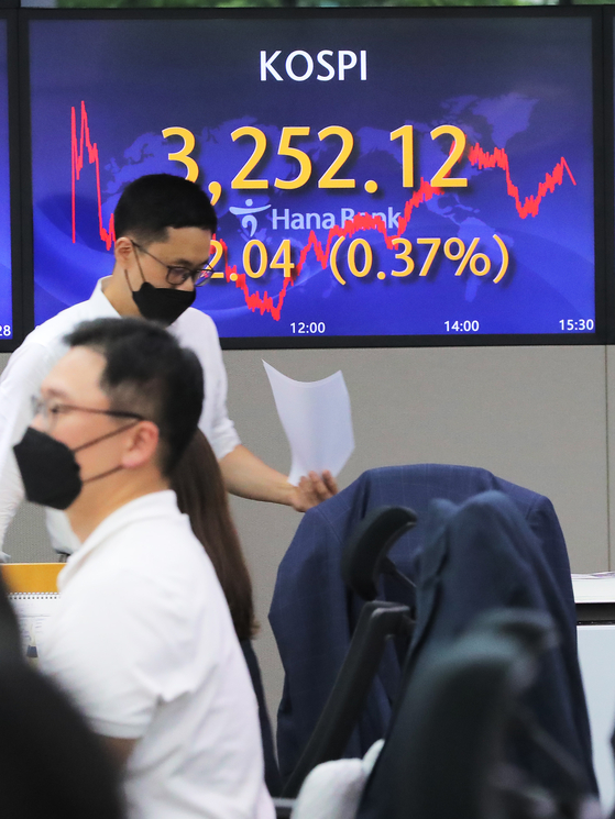 A screen in Hana Bank's trading room in central Seoul shows the Kospi hitting a record high on Monday. The index closed at 3,252.12 points, up 12.04 points, or 0.37 percent, from the previous trading day. [YONHAP]