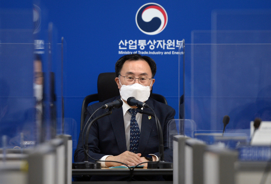 Minister of Trade, Industry and Energy Moon Sung-wook talks with the press on Tuessday at the government complex in Sejong. [YONHAP]