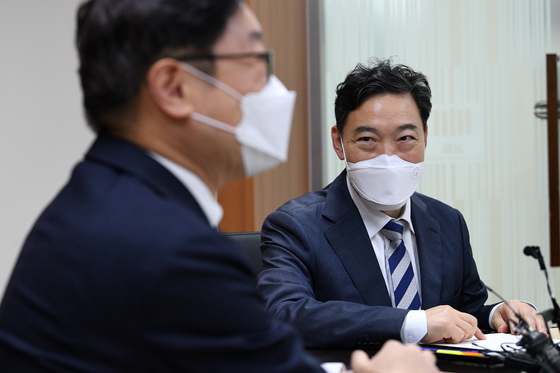 Prosecutor General Kim Oh-soo, right, talks to Justice Minister Park Beom-kye during a meeting on Thursday at the Seoul High Prosecutors' Office in Seocho District, southern Seoul. [YONHAP]