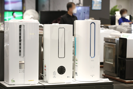 Portable air conditioners on display at a store in Yongsan, Seoul, on Tuesday. Sales of electronics targeting consumers spending most of their time at home have risen as Covid-19 social distancing continues and the number of people living alone has grown in recent years. With sales of such portable air conditioners rising, major companies including Samsung Electronics and LG Electronics are rolling out their own versions of small-sized moveable air conditioners. [YONHAP]