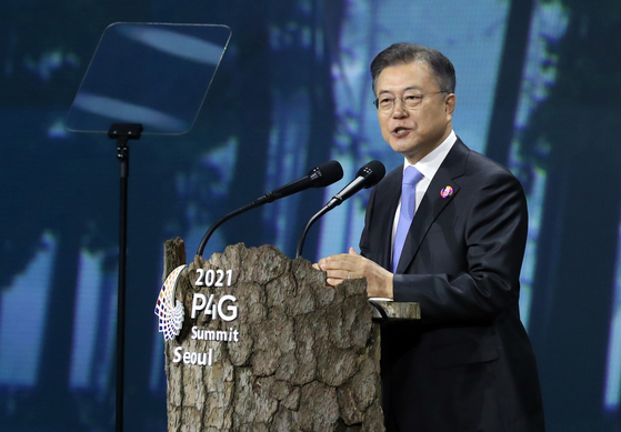 President Moon Jae-in speaks at the opening ceremony of the two-day 2021 P4G Seoul Summit which kicked off Sunday at the Dongdaemun Design Plaza (DDP) in Jung District, central Seoul, bringing together some 60 world leaders and heads of international organizations. [YONHAP]