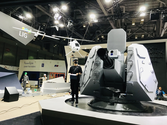 A model of LIG-Nex1's second-generation Close-In Weapon system (CIWS-II) on Tuesday, just before the opening of the International Maritime Defense Industry Exhibition (Madex) in Busan. [LIG-NEX1]