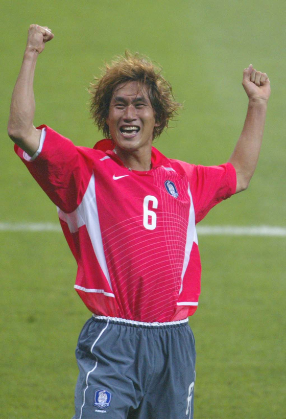 The late Yoo Sang-chul celebrates after scoring a goal that led to Korea's first ever win in a World Cup match during the game against Poland on June 4, 2002. [JOONGANG ILBO]