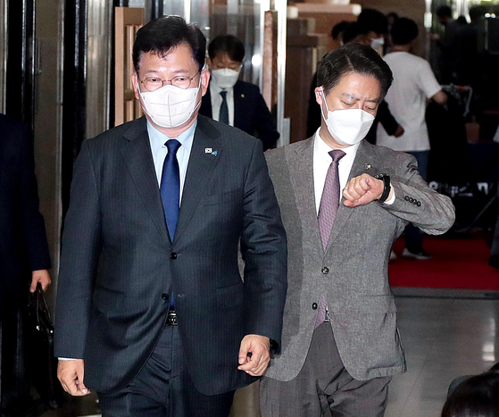 Song Young-gil, left, chairman of the ruling Democratic Party, enters the National Assembly in Yeouido, western Seoul, on Tuesday to attend a leadership meeting.  [OH JONG-TAEK]