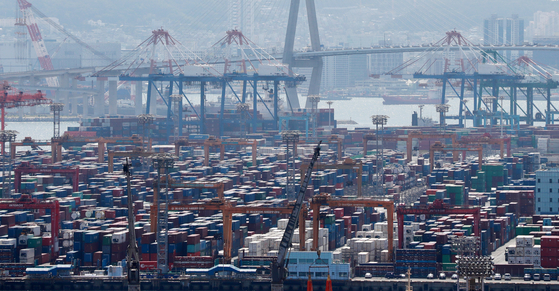 Containers fill a port in Busan on June 1. [YONHAP]