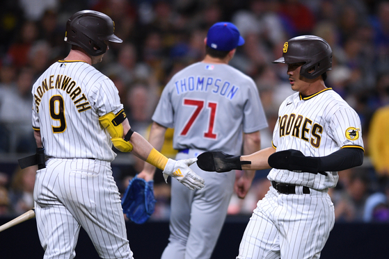 San Diego Padres pinch hitter Kim Ha-seong, right, is congratulated by second baseman Jake Cronenworth after scoring a run on a sacrifice fly during the sixth inning against the Chicago Cubs at Petco Park in San Diego, California, on Tuesday. [YONHAP]