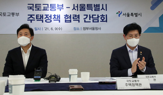 Seoul mayor Oh Se-hoon, left, and Land Minister Noh Hyeong-ouk meet for the first time at the government complex in Seoul on Wednesday to discuss cooperation in residential housing supplies. [YONHAP]