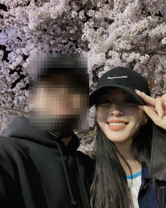 Actor Han Ye-seul, right, revealed her boyfriend with a picture on her Instagram account last month. [SCREEN CAPTURE]