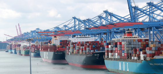 Cargo to be exported overseas is loaded at a dock in Busan in March. [YONHAP]