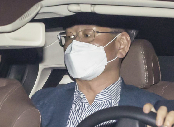 In this file photo, then-Vice Minister of Justice Lee Yong-gu leaves the Seoul Metropolitan Agency after questioning last month on May 31. [YONHAP]