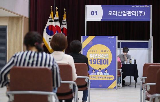 Applicants wait for interview at a job fair at the Songpa district office, Seoul, on May 12. In May more than 600,000 more people were employed compared to the previous year. [YONHAP]
