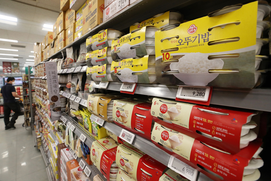 Packs of instant rice are displayed at a discount mart in Seoul. Rice prices in May increased 14.0 percent on year, according to Statistics Korea on Thursday. The increase drove up prices of other products that use rice. Instant rice prices increased by 3.2 percent on year. [YONHAP]