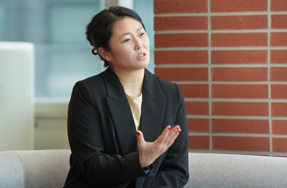 """Filmmaker Sun Hee Engeltoft sat down for an interview with the Korea JoongAng Daily on Wednesday at its office in Sangam-dong, western Seoul, for her documentary """"Forget Me Not — A Letter to My Mother.""""[JEON TAE-GYU]"""