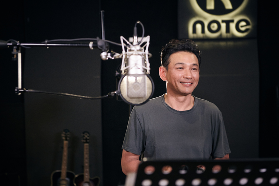 """Actor Hwang Jung-min records a song for """"Morning Dew 50th Anniversary Tribute to Kim Min-Gi."""" [GYEONGGI CULTURAL FOUNDATION]"""